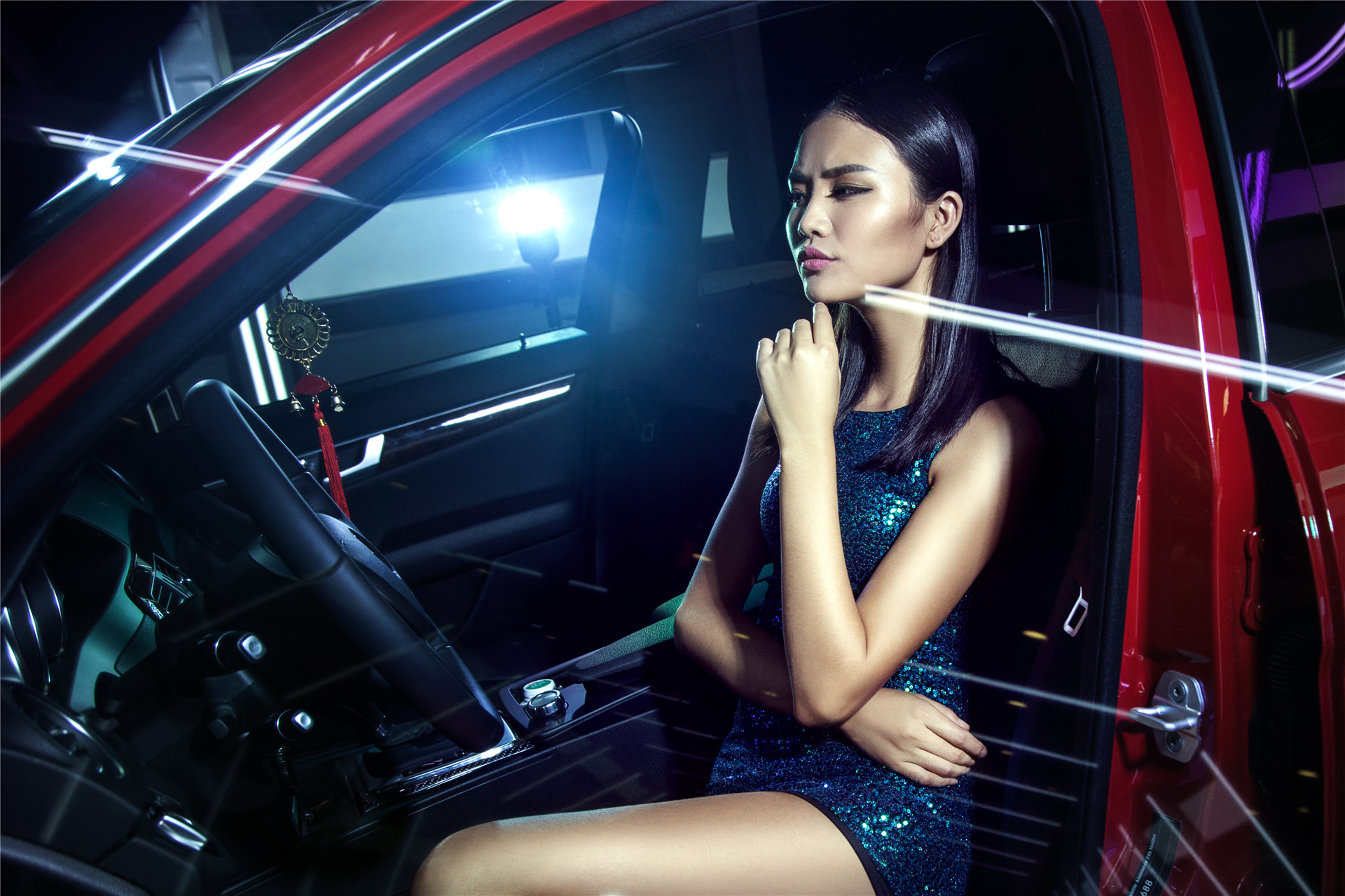 """邻家妹刘露曲线迷人与奔驰共度浪漫""""星星""""夜"""