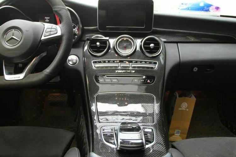 Mercedes Benz C200  改装:碳纤维内饰~[得意]  欢迎私聊咨询 15072700682