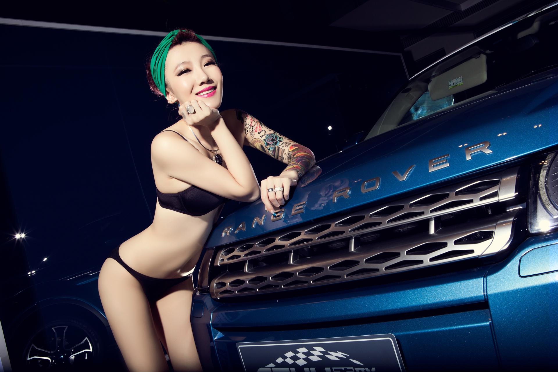 妩媚动人纹身女郎 激情猎获公路猛虎