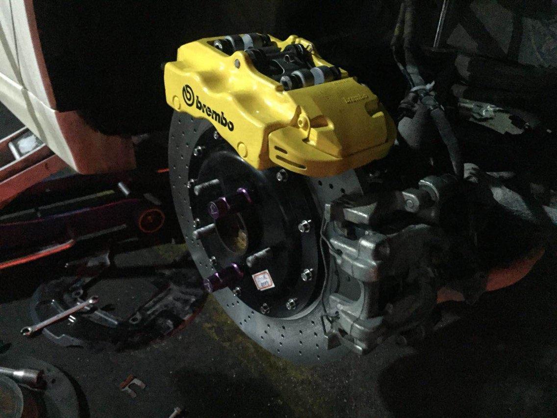 福特蒙迪欧 后轮双卡钳 保时捷卡宴拆车Brembo 小四活塞卡钳 345mm打孔分体盘 现场作业