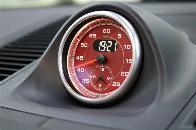 昆明保时捷马卡升级红色秒表。