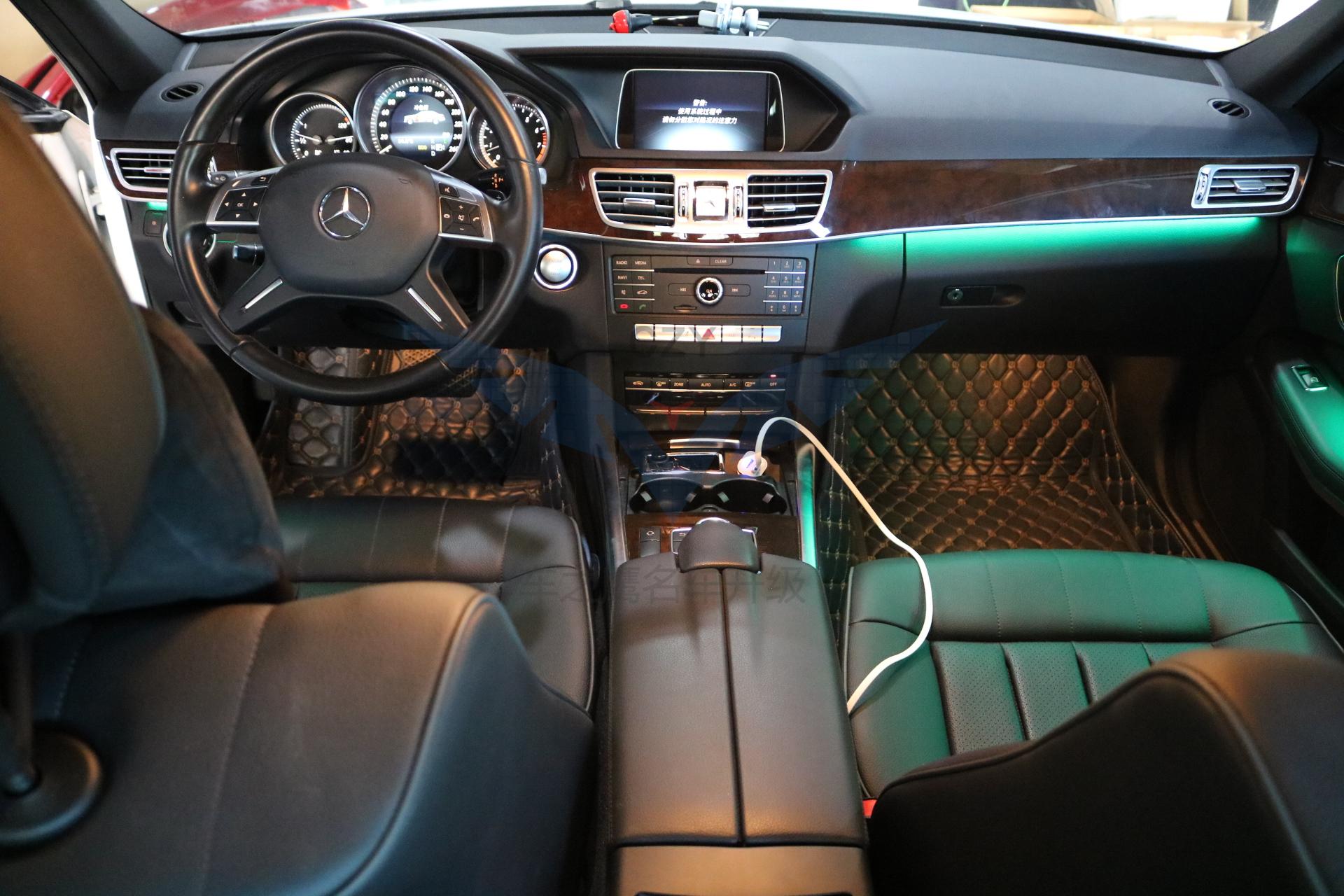 深圳奔驰老款E级升级八色呼吸氛围灯。