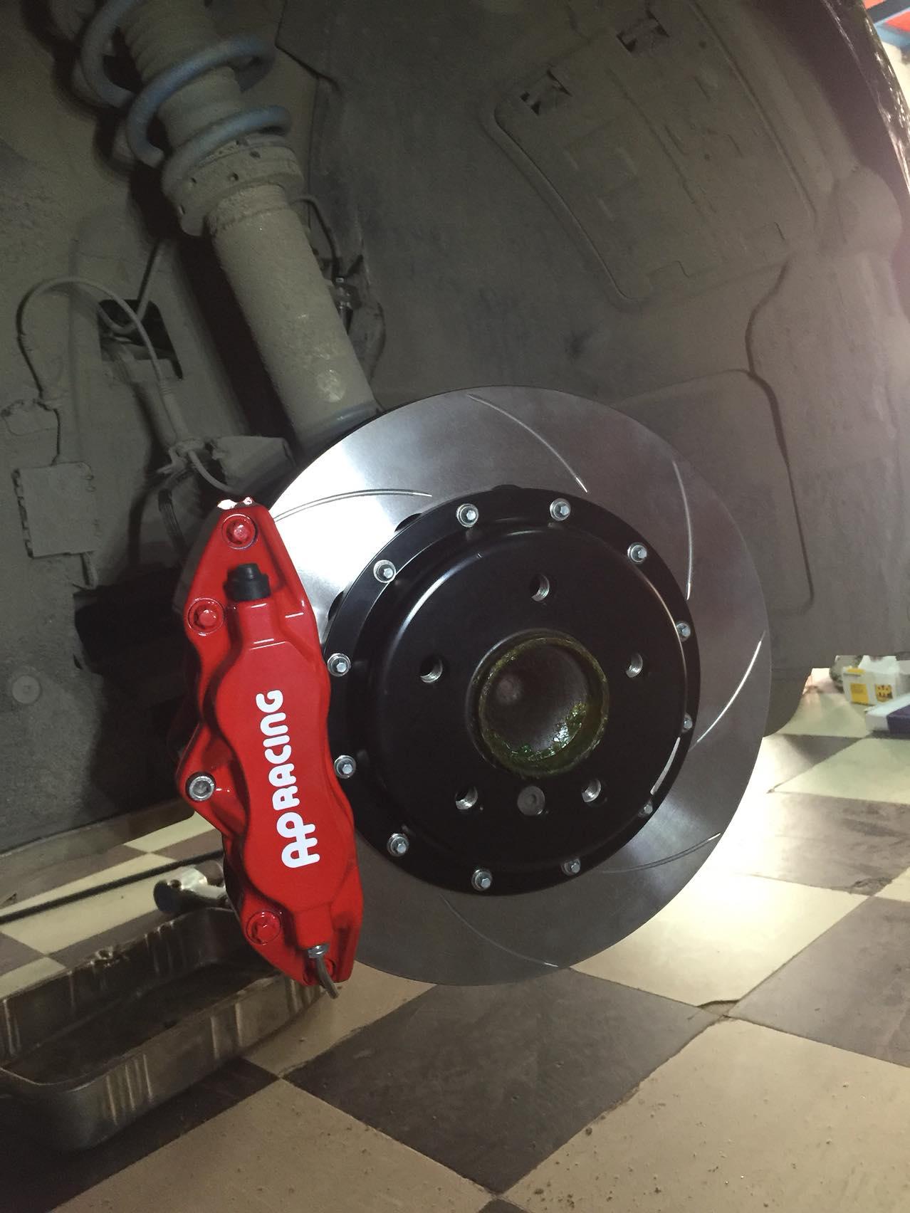 宝马118改装AP9200大四活塞卡钳+330mm碟前刹套装,完美匹配原车17寸轮毂!