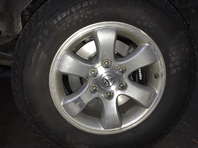 霸道普拉多,升级布雷博前六后四刹车卡钳,现场安装案例,提升制动效果,需要的v:18376763451