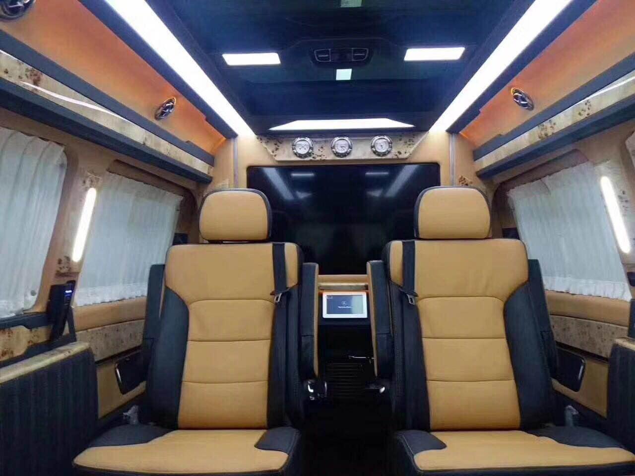 不仅是移动办公室,也是自驾出游的好伴侣——奔驰V260