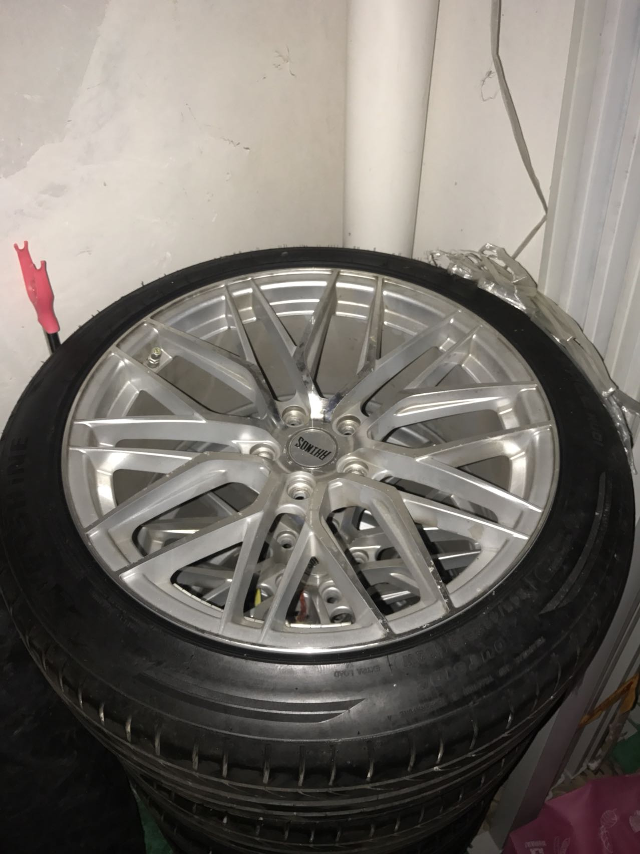 出售,日本车轮毂,个人用,19寸轮毂和轮胎.不到一个月.9.5新.13058430999
