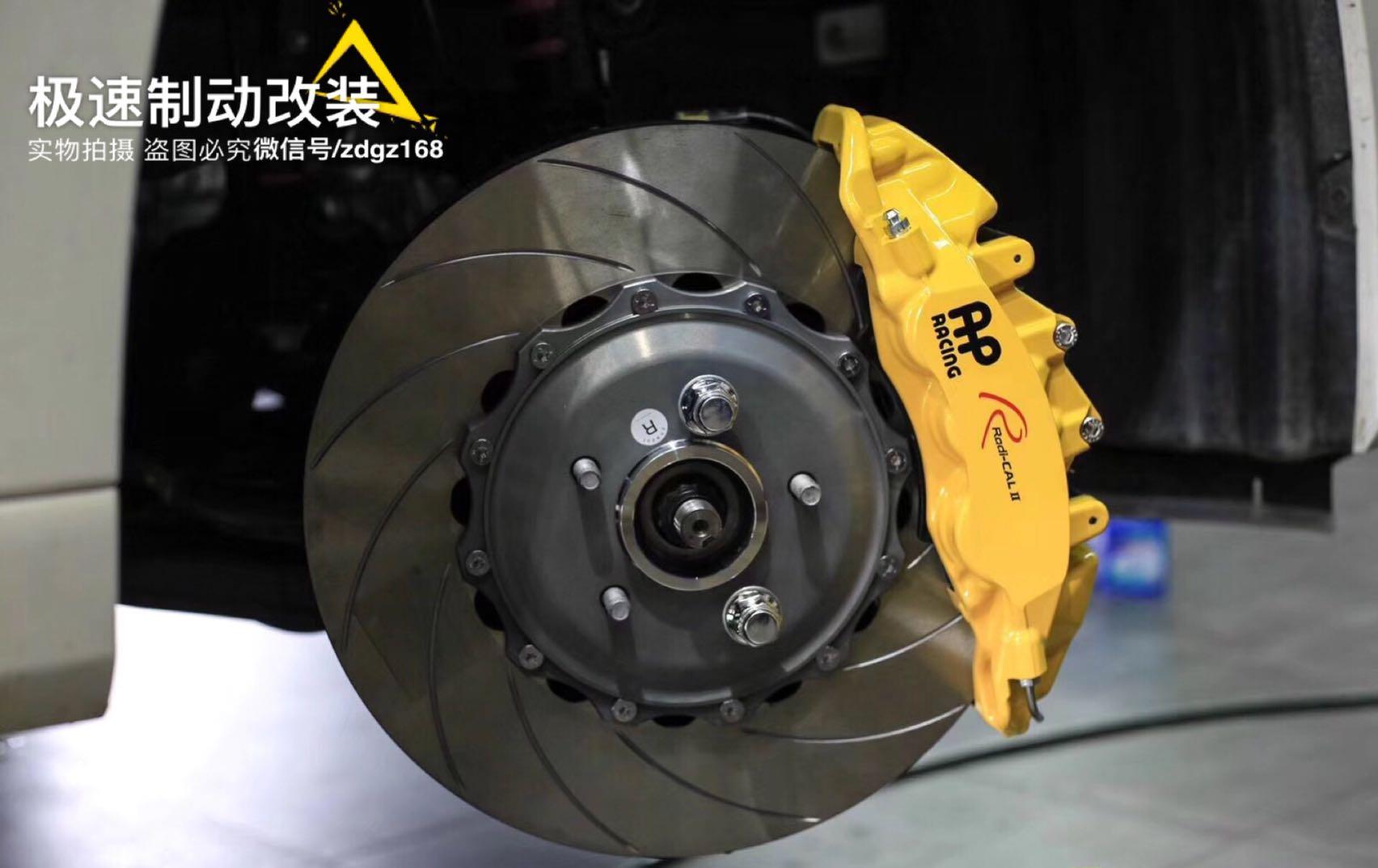 丰田埃尔法30系刹车升级Ap95前六后四刹车套件,后轮双卡钳安装加了电子手刹卡钳,完美升级。