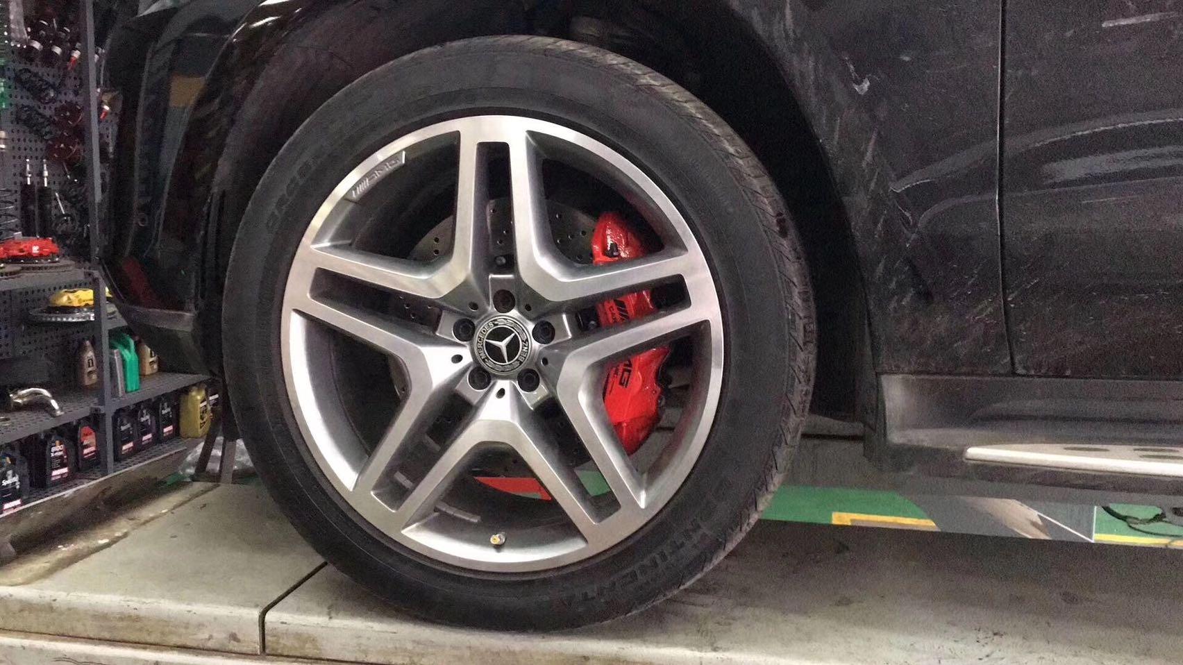奔驰GL450刹车升级原装AMG前六后四套装➕后轮电子手刹卡钳,完美装车!关键时刻可以站得住