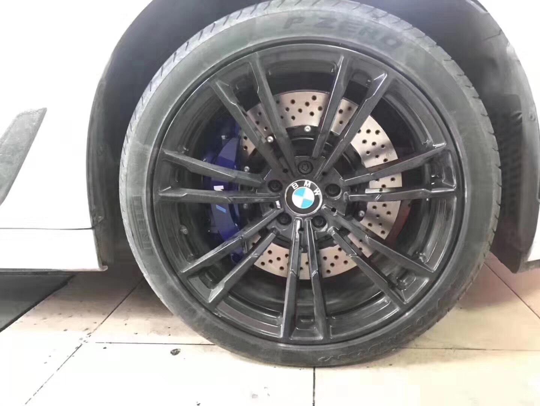 新能源宝马530Li刹车升级Brembo V6活塞刹车套件,定制骚蓝M标,高端大气