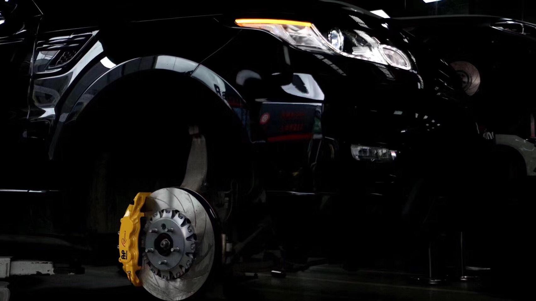 路虎揽胜运动版刹车升级AP9560大六刹车卡钳,饱满帅气制动、做真正的硬汉猛男[胜利][胜利]