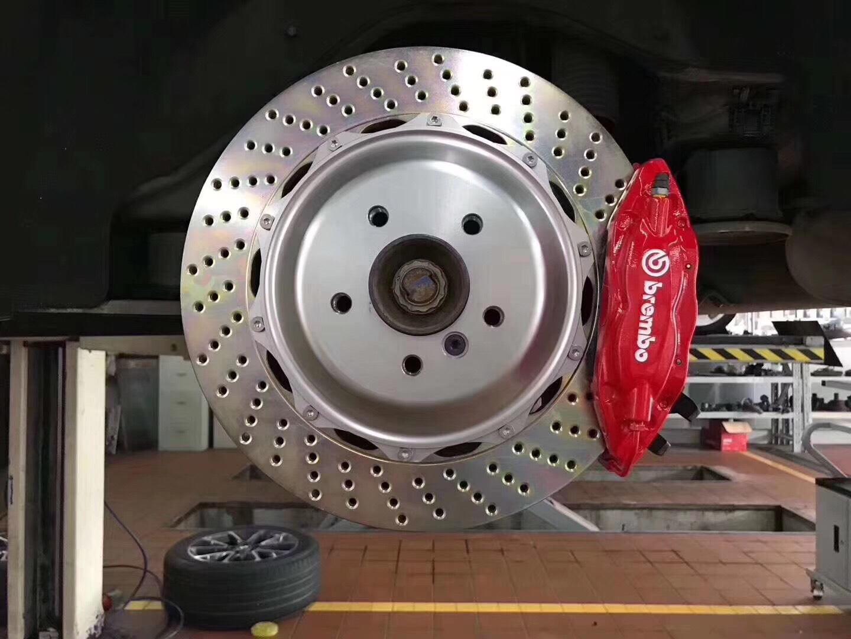 宝马X5升级布雷博Brembo前六后四套装,红色鲍鱼卡钳,强劲制动效果。