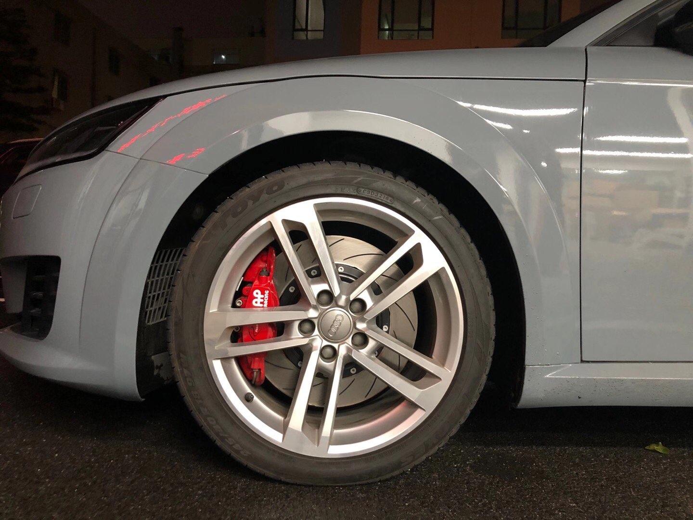 奥迪TT 18轮毂  刹车升级AP9540大四355划线碟,完美上车,制动效果好!轮毂饱满[得意]