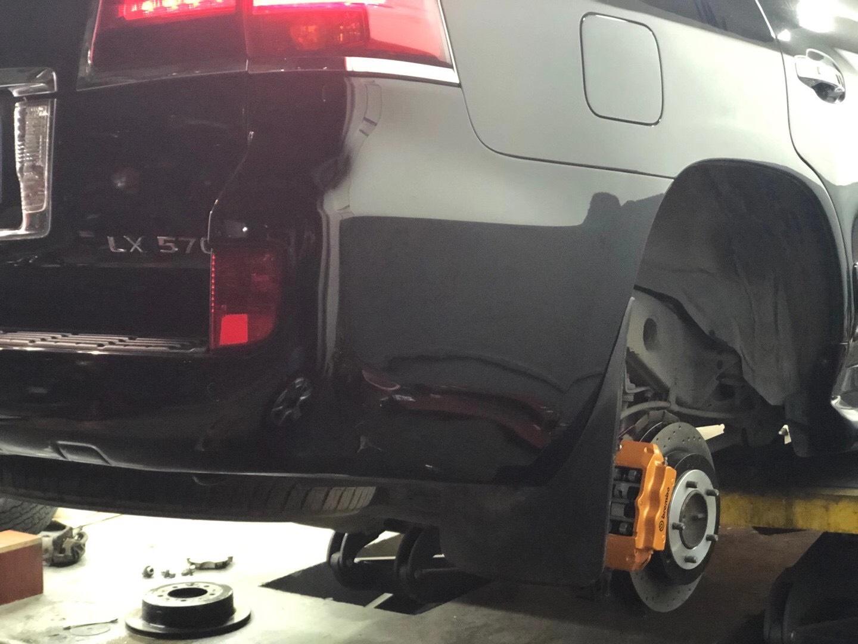 雷克萨斯LX570 刹车升级Brembo前六后四套装,完美装车!