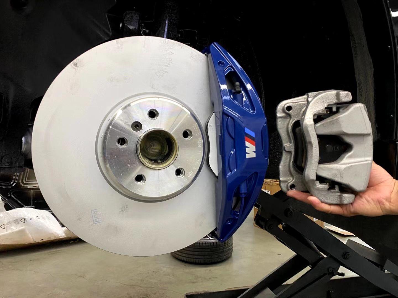 宝马430i G22升级Mp大四374mm碟盘刹车,蓝色经典帅气饱满,提升刹车性能,脚感安全舒适