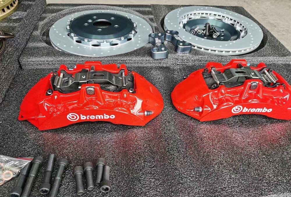 宝马X3 升级Brembo v6搭配380打孔盘,后轮换一对370加大盘,原车20寸轮毂直上!