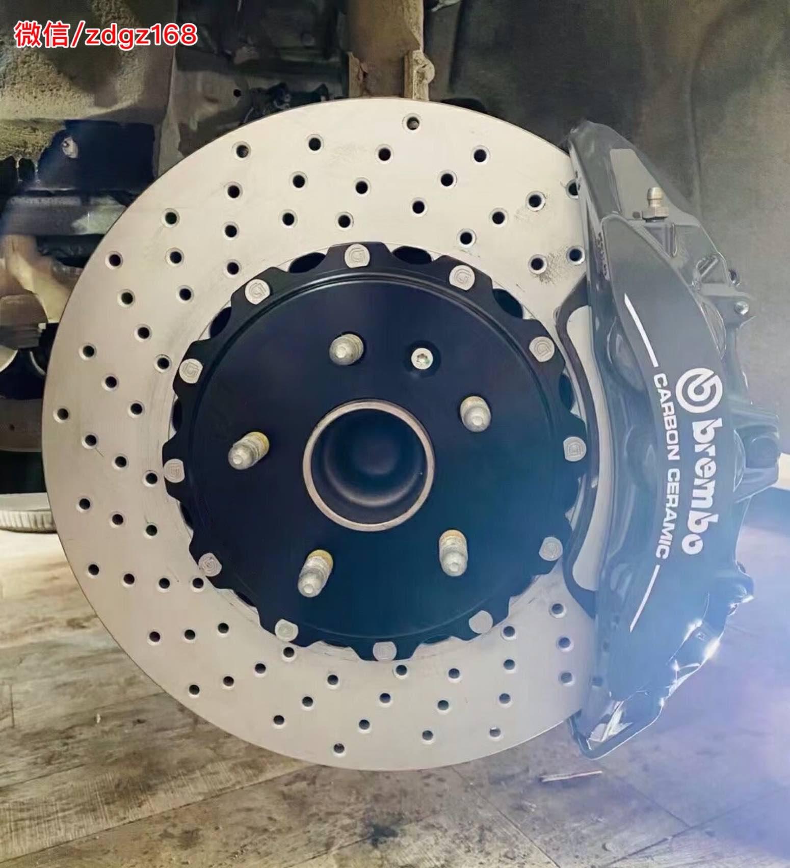 凯迪拉克CT5 升级Brembo v6 定制水泥灰卡钳颜色,配打孔碟盘,原车18寸轮毂直上!