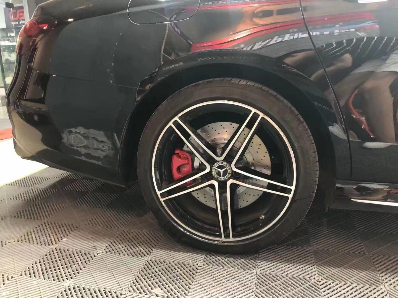 奔驰E300刹车改装布雷博brembo六活塞刹车卡钳改AMG logo标,整体美观,效果立竿见影