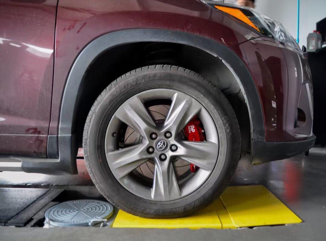 丰田汉兰达 刹车升级AP9560六活塞搭配品牌高碳380划线碟盘,完美上车,效果立竿见影!