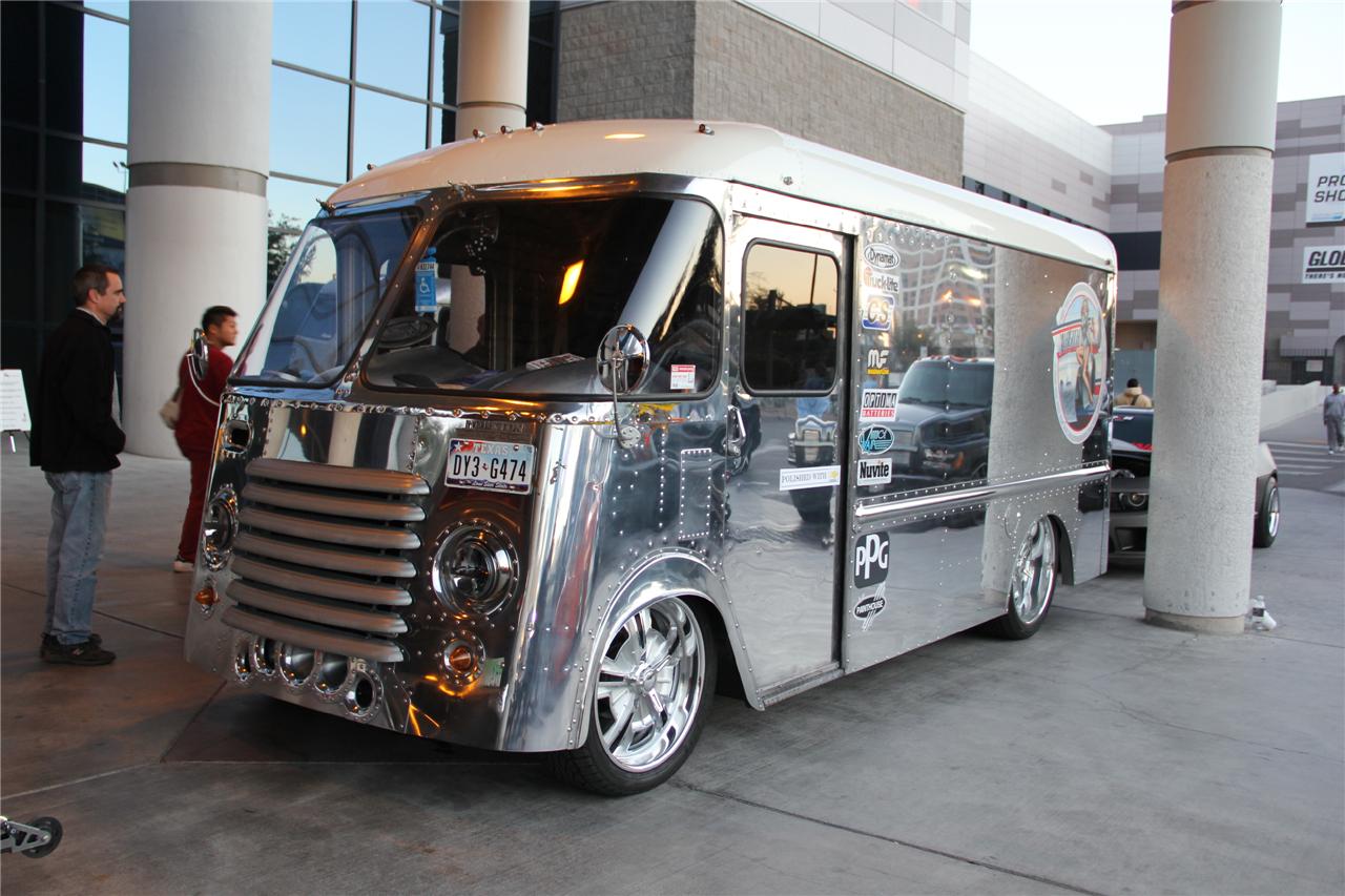 全车镀银膜贴纸的厢式小货车改装   这场要开上大街可够狠高清图片