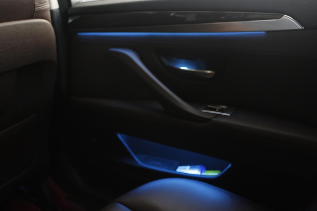 宝马5系双色氛围灯,让车注入新的灵魂。其实关于车内氛围灯,可以这样来诠释它,该种灯并不是照明用的,它的出现是为了起到一定的装饰效果,按照官方的说法是,它是一种能够起到装饰作用的照明灯。联系方式:189-4495-3572