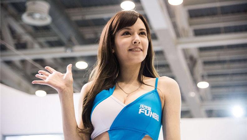泷泽萝拉化身赛车女郎助阵苏州GTShow