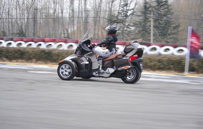 三轮贴地飞行 试驾庞巴迪蜘蛛侠摩托车
