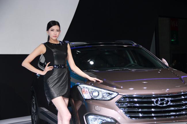 现代香艳小�_香艳车模齐聚亮相 2013年上海国际车展